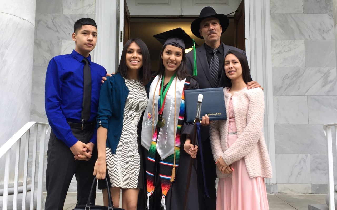 Yuliana López (center) with her family at Middlebury's 2018 commencement.